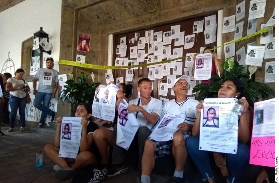 Protestan por desaparecidosen Casa Jalisco; rompen puerta