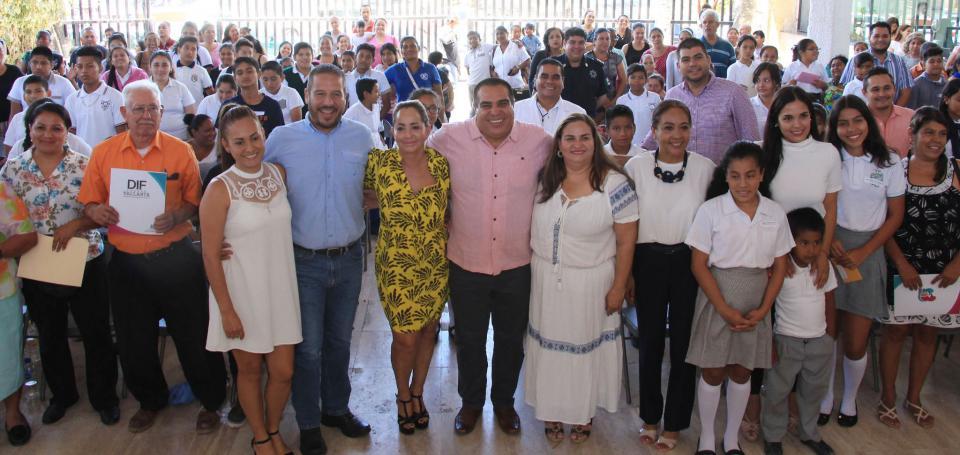 El DIF, padrinos y Alas de Águila entregaron becas a 97 Niños