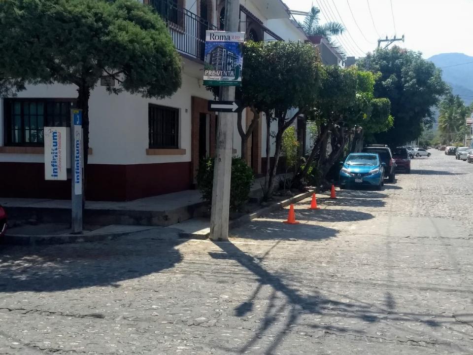 Resalta Los Tules-Díaz Ordaz por bloquear las aceras en las calles