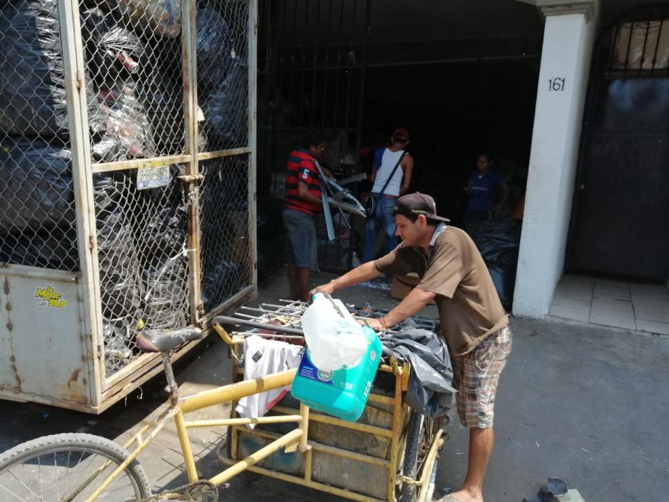 Hasta los de Aseo Público llevanmaterial para vender a recicladora