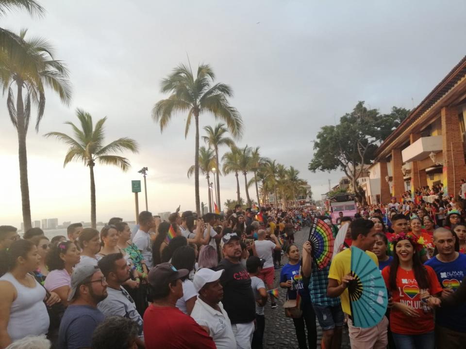 Colorido y gran ambienteen el desfile del orgullo gay