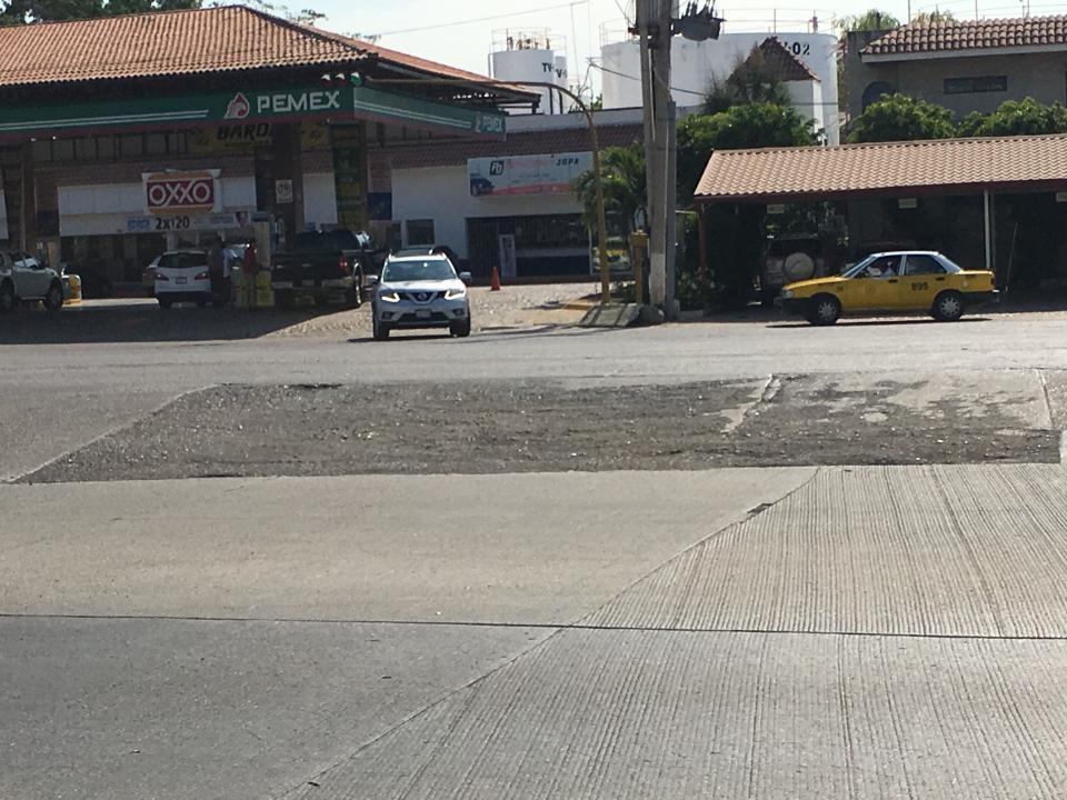 Se hunde el pavimentofrente a Marina Vallarta