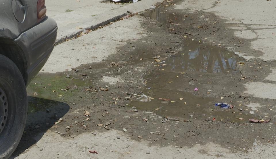 Siguen tirando agua y deteriorando calles en La Misión