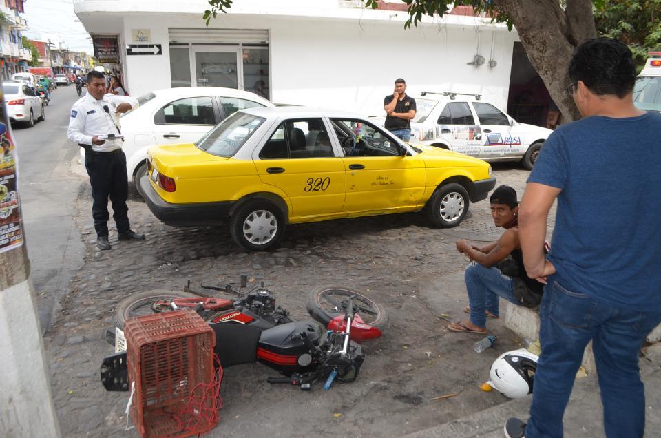 Motociclista se salva demilagro; taxista aplastó moto