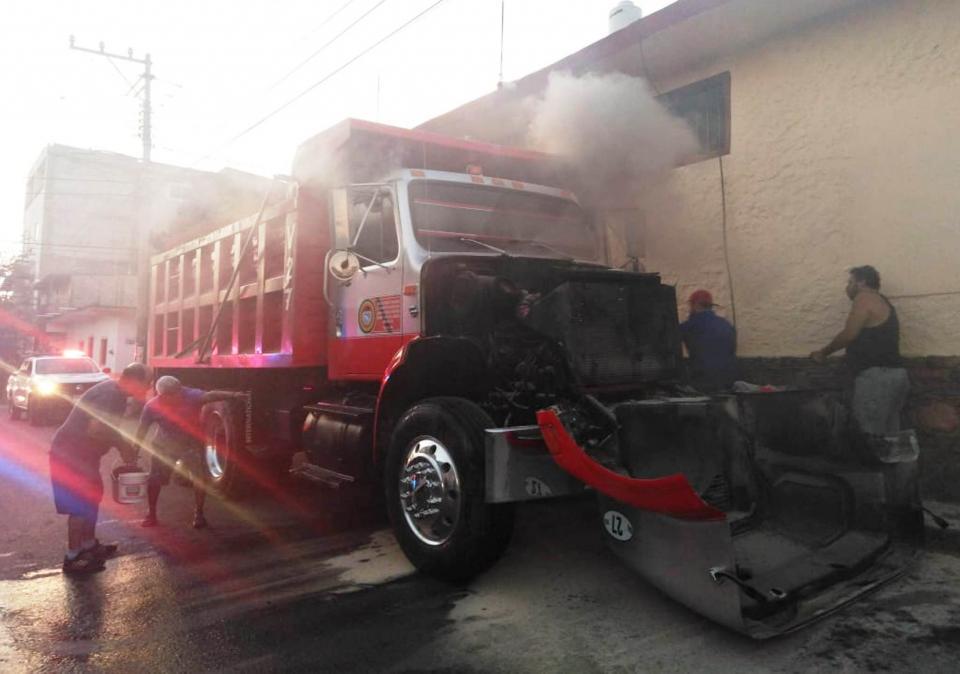 Se incendia camión de volteo en El Pitillal