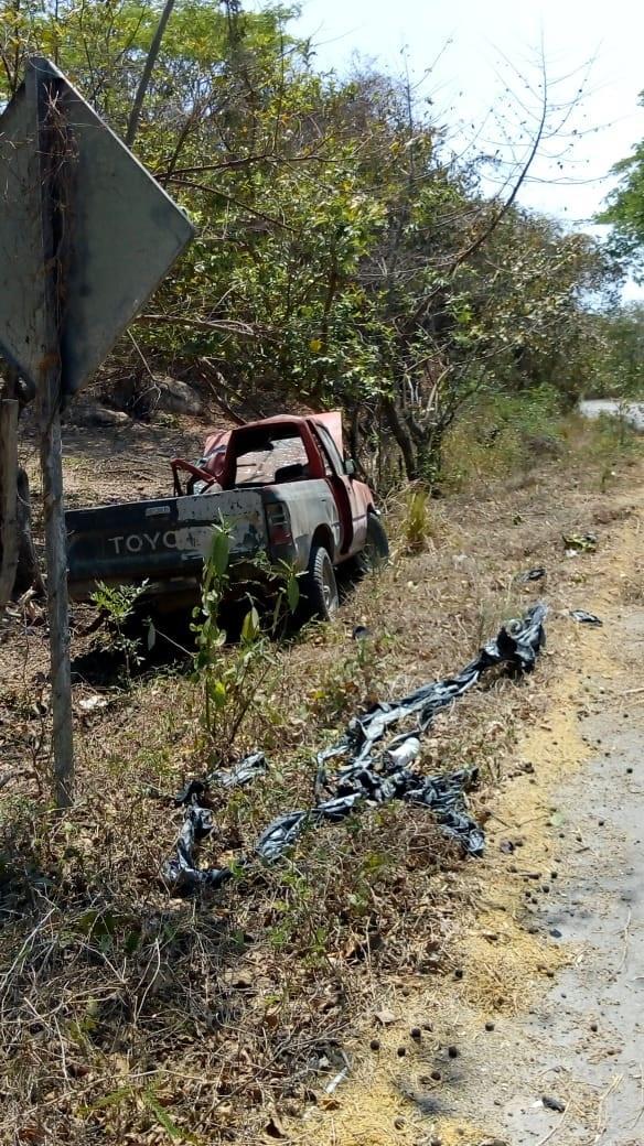 Localizan camioneta volcada; mástarde fue reportada como robada