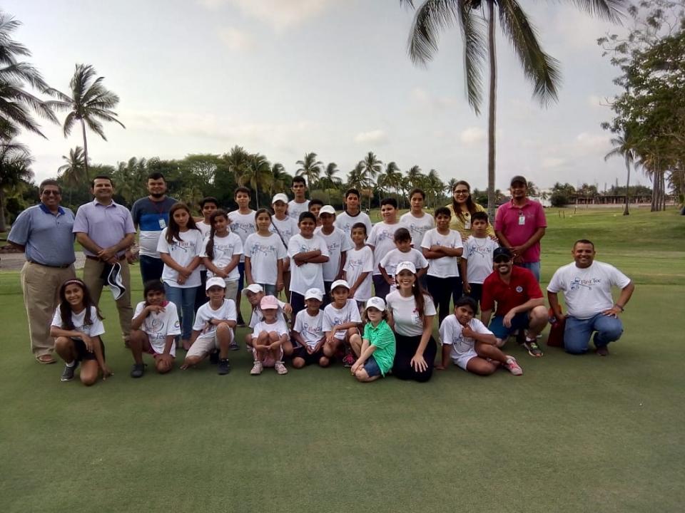 Menores de escasos recursos aprenden a jugar golf