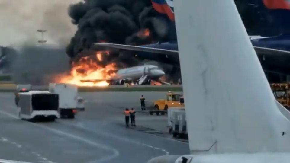 Un avión de pasajeros se incendia en Moscú, hay varios heridos
