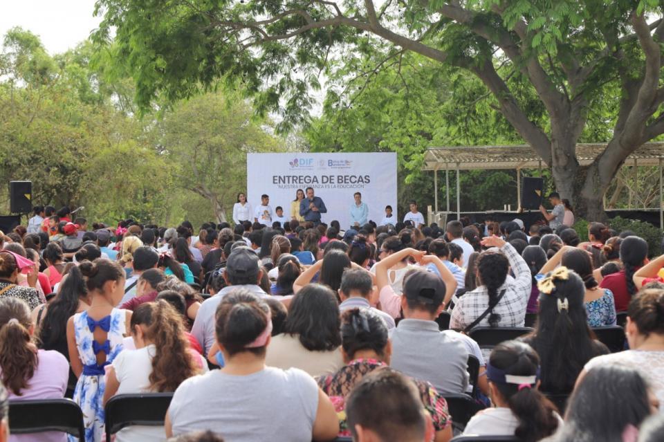 DIF Bahía Entrega Becas a 300 estudiantes