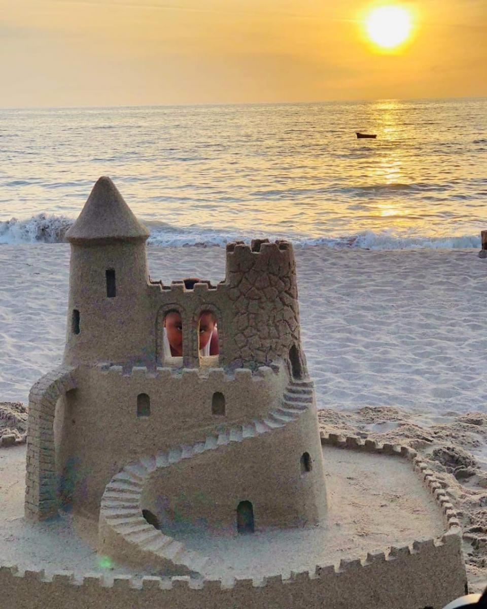 Construye el pequeño Andricksu castillo de arena en Vallarta