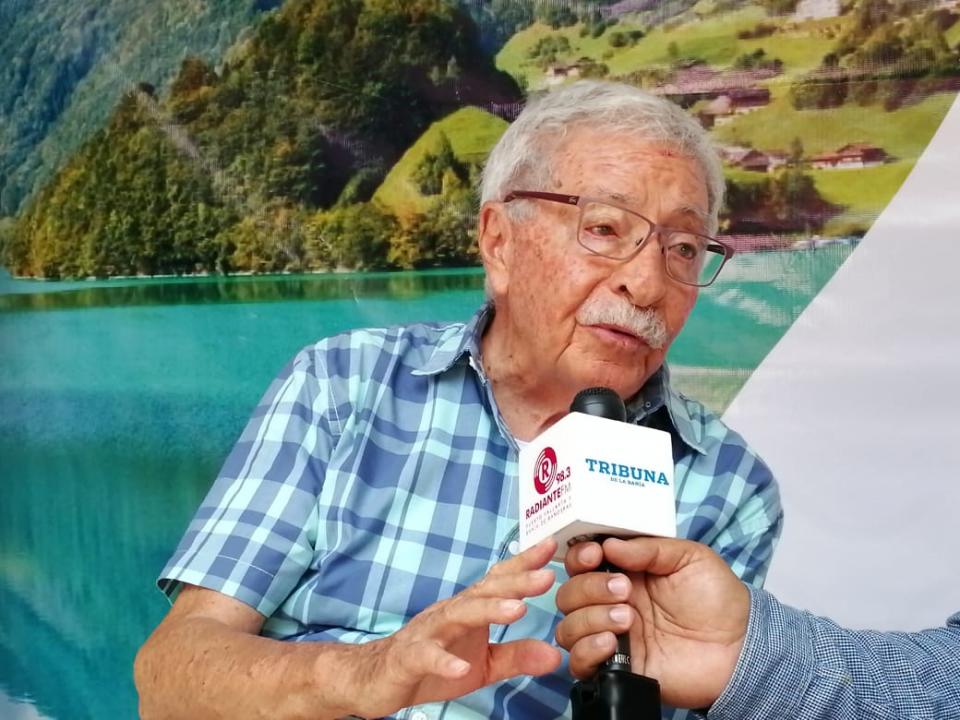 ENTREGAN RECONOCIMIENTO AL CATEDRÁTICO…El doctor Cifuentes advierte del peligro por deforestar la montaña