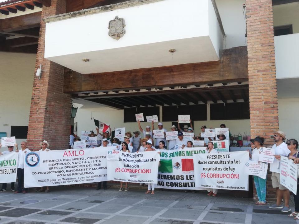 Marchan en contra de políticasde AMLO, exigen su renuncia