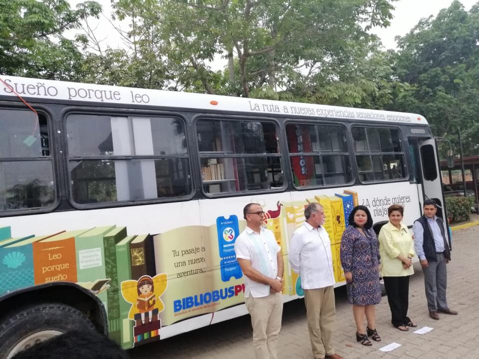 Inauguran Bibliobús para llevarcultura a colonias populares