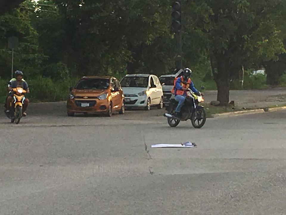 Automovilistas se juegan lavida por semáforos inútiles