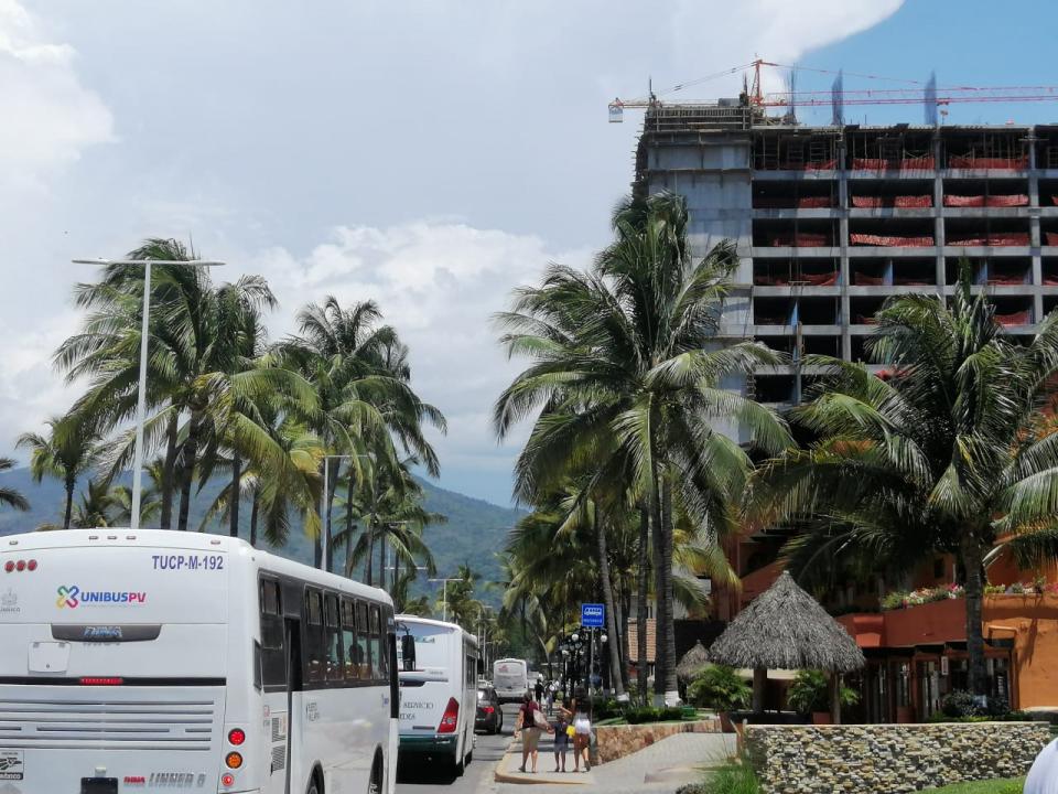 CUESTIONA ALFONSO BAÑOS…Obra de Fiesta Americana rompe con restricciones de espacio sobre la avenida