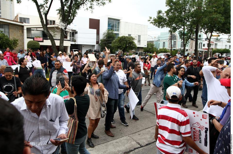 """MANIFESTACIONES VS """"TARIFAZO"""" DE ALFARO… Llevan protesta a Casa Jalisco"""
