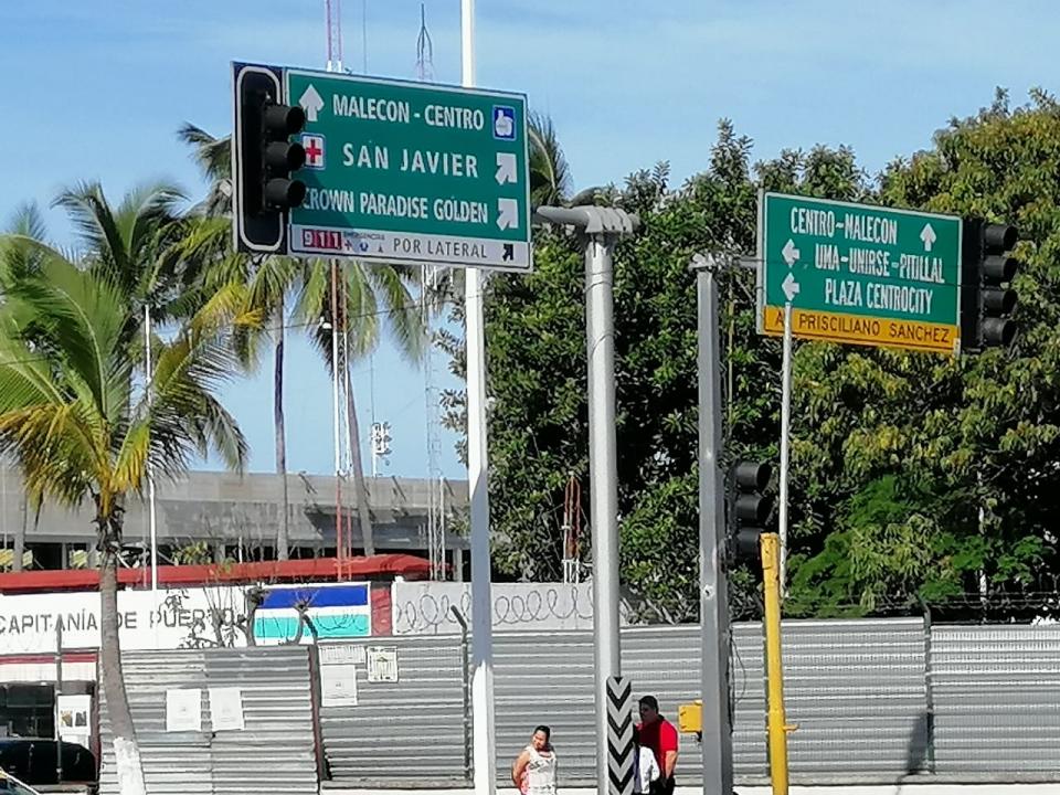 La señalética en Puerto Vallartaconfusa y con muchos anuncios