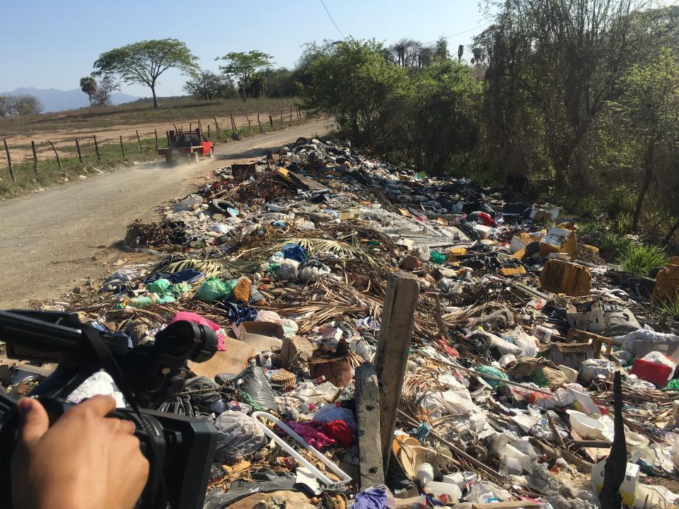 Utilizan de basurero brecha delcampo de golf Vista Vallarta