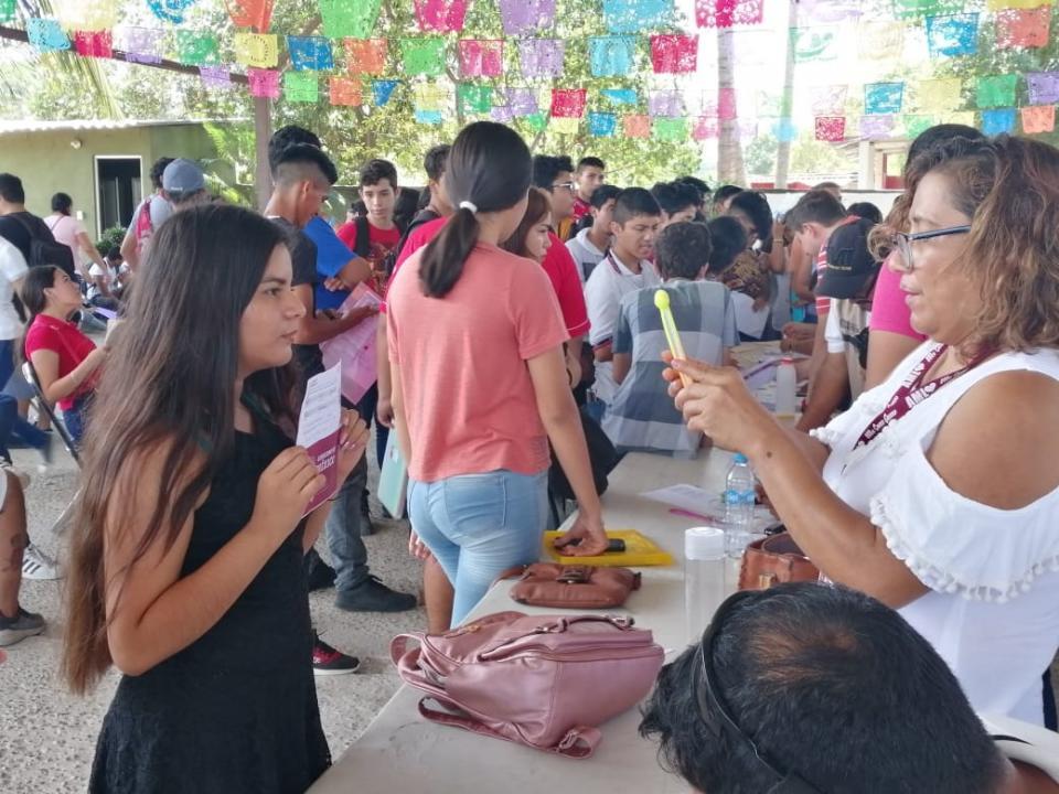 Entrega gobierno federal600 becas en Bahía