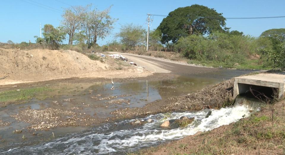 Reportan fluidos de aguas negrasde la planta de tratamiento a arroyo