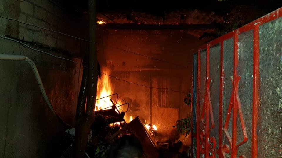 Incendio en patio de domicilio