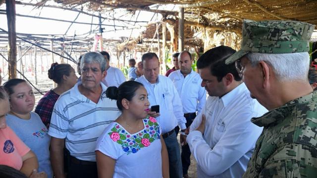 """Visita Gobernador a  los restauranteros de playa """"Las Islitas"""" en San Blas, que se vieron afectados a causa de un incendio."""