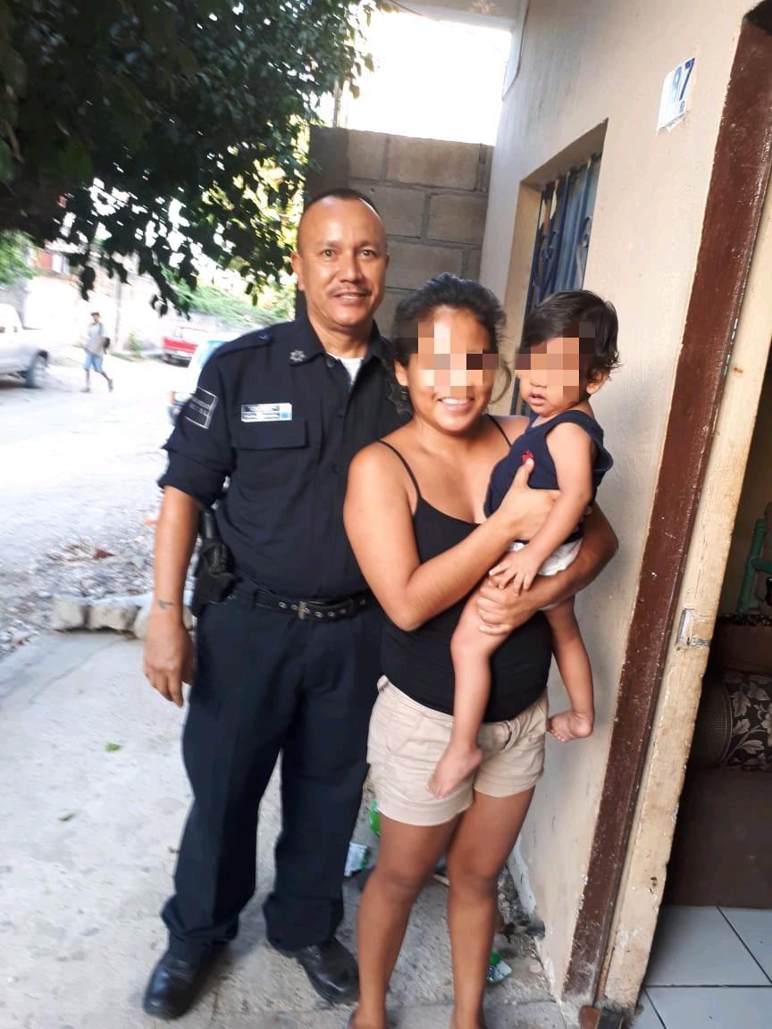Policía Municipal salva a bebe, su mamá solicita lo condecoren