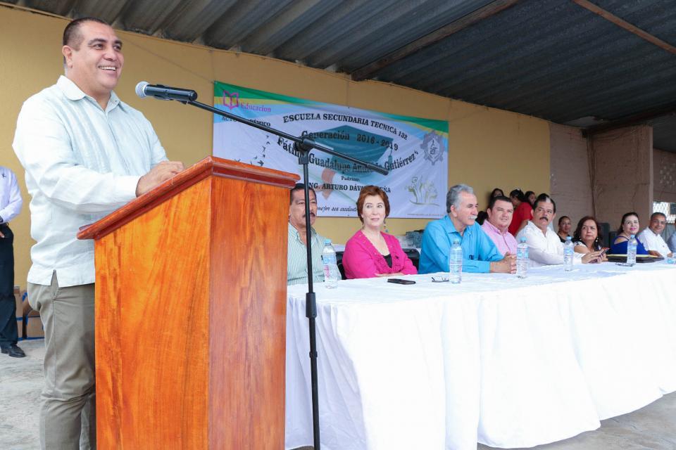 Reconoce Arturo Dávalos dedicación y esfuerzo de los jóvenes