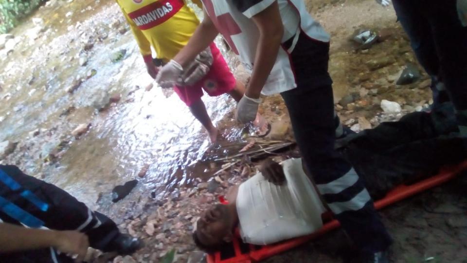 Cae a río El Nogalito y se fractura clavícula