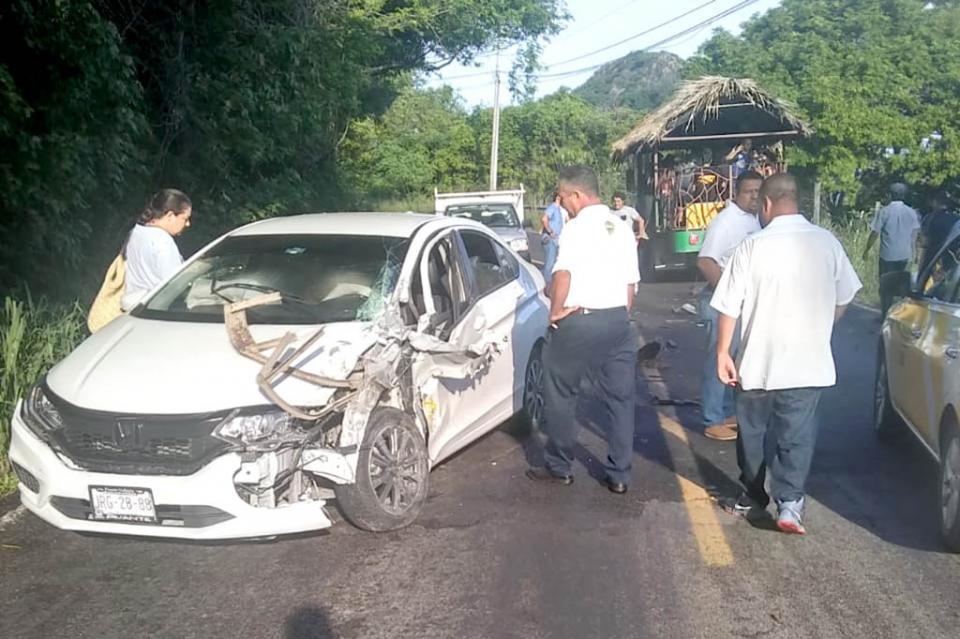 Choca camión turístico y automóvil en Mismaloya por invasión de carril