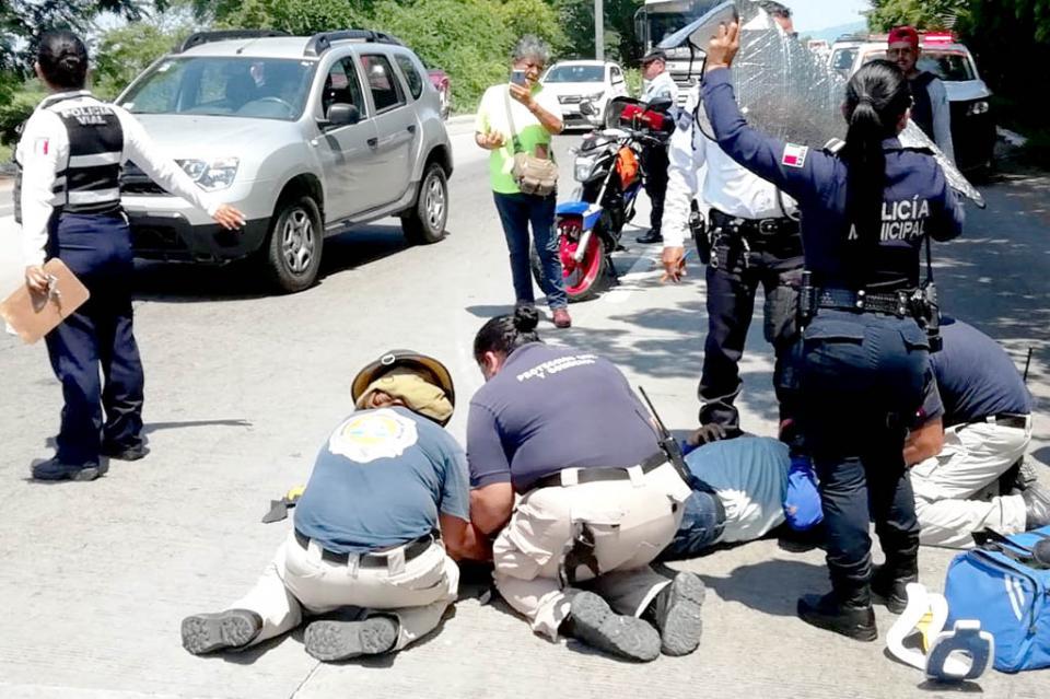 Atropella a perro en su moto y sale herido