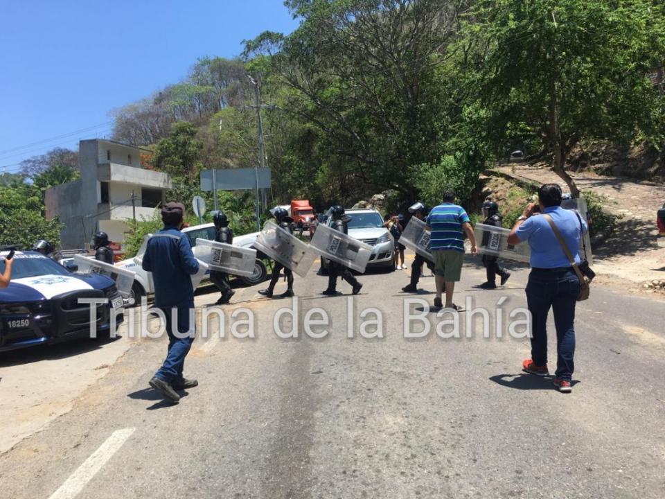 Continúa bloqueo en Boca de Tomatlán