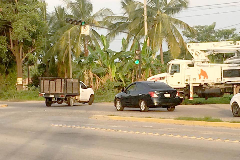 Automovilistas se juegan la vida por semáforos desincronizados en PV