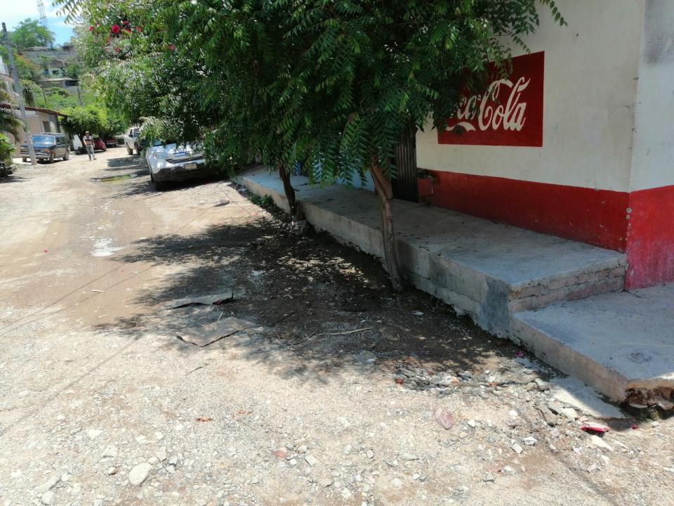 Piden reparar callesdel centro de Ixtapa