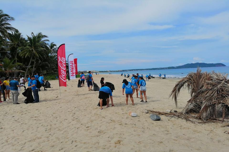 Personal y familias de Embotelladora delNayar limpiaron playa de Higuera Blanca