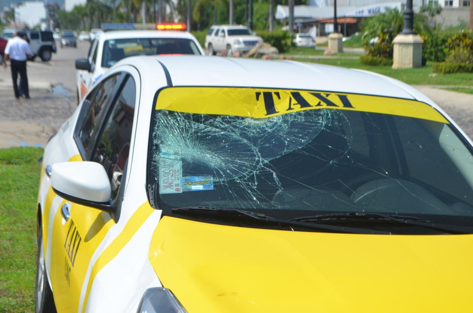 Atropella taxi a menor quese atravesó en bicicleta