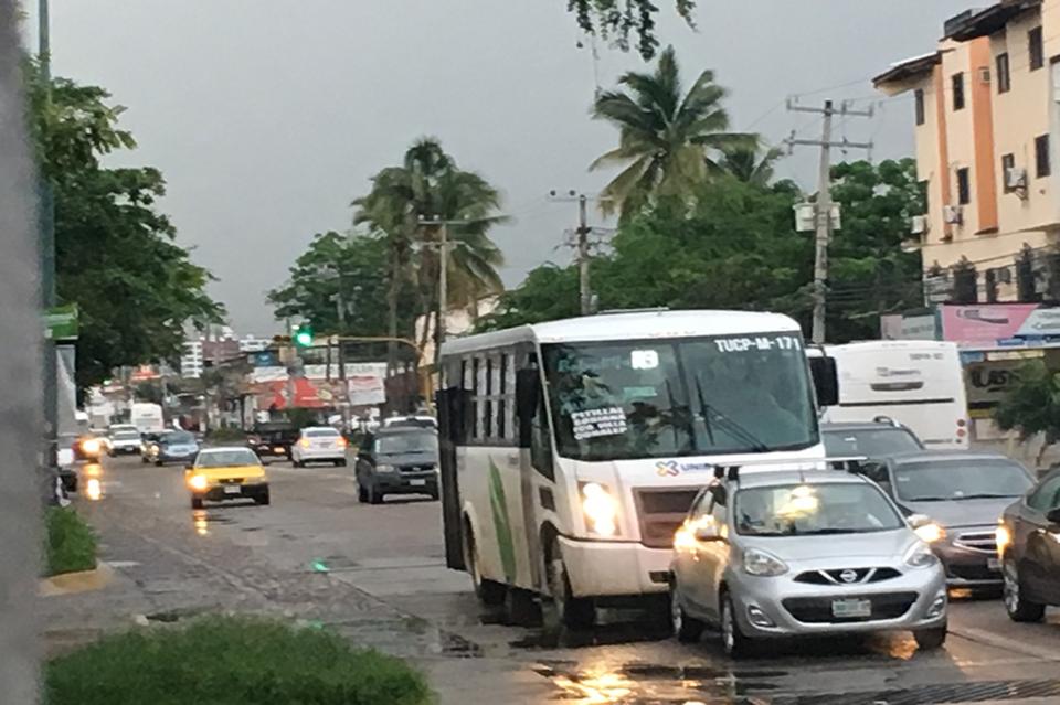 Caos vehicular por falta desincronización de semáforos