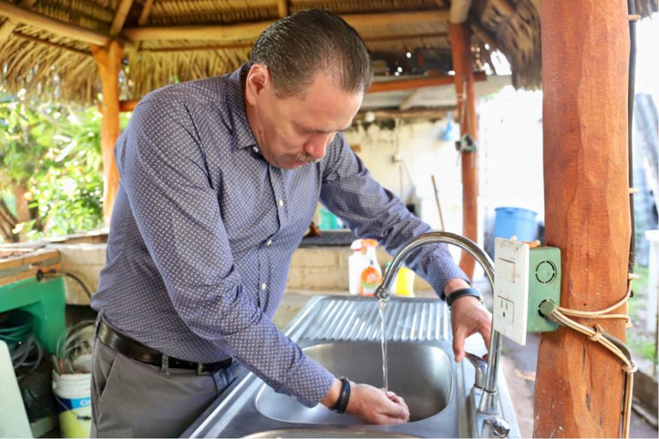Lleva Jaime Cuevas agua potable de calidada familias de Las Lomas