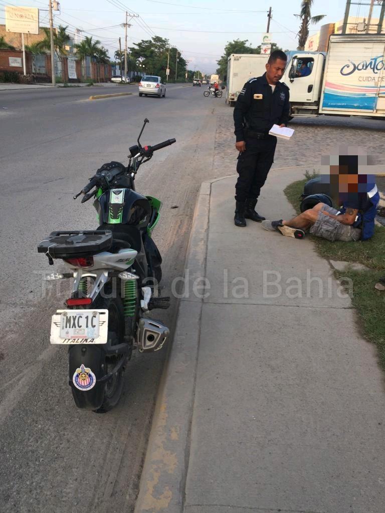 Motociclista lesionado al derrapar por alcantarilla en mal estado