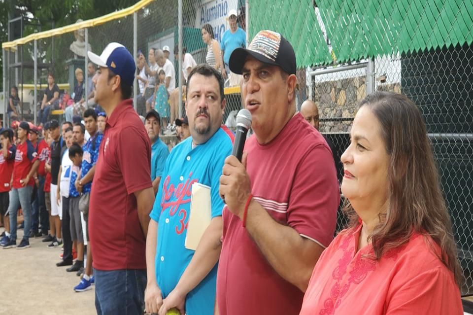 Inaugura alcalde temporada de la Liga Municipal de Softbol