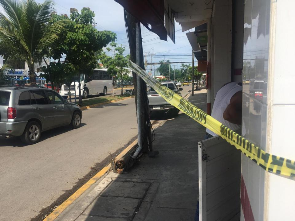 En riesgo transeúntes por desprendimiento de poste en la González Gallo