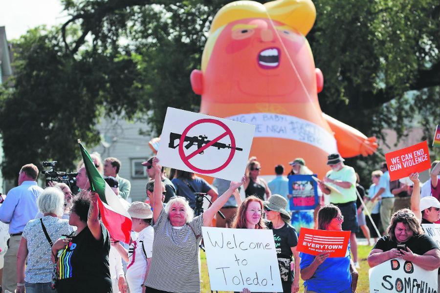 Trump niega atizar el extremismo en visita a ciudades golpeadas por tiroteos