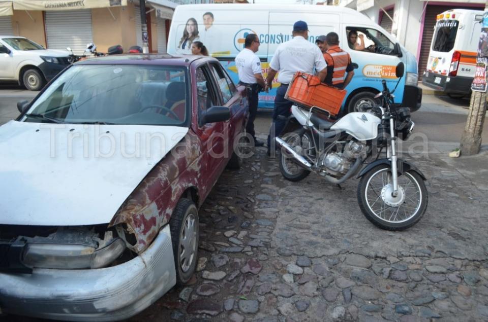 cortó circulación a motociclista, resulta lesionado