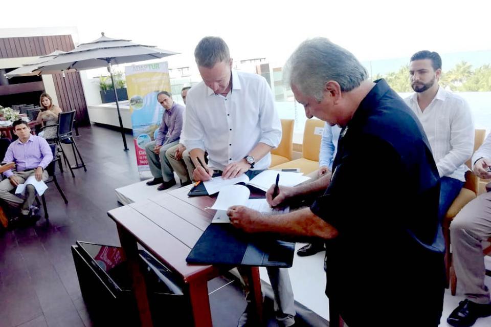 Firman convenio turisteros de Puerto Vallarta y Bahía de Banderas para acciones contra cambio climático