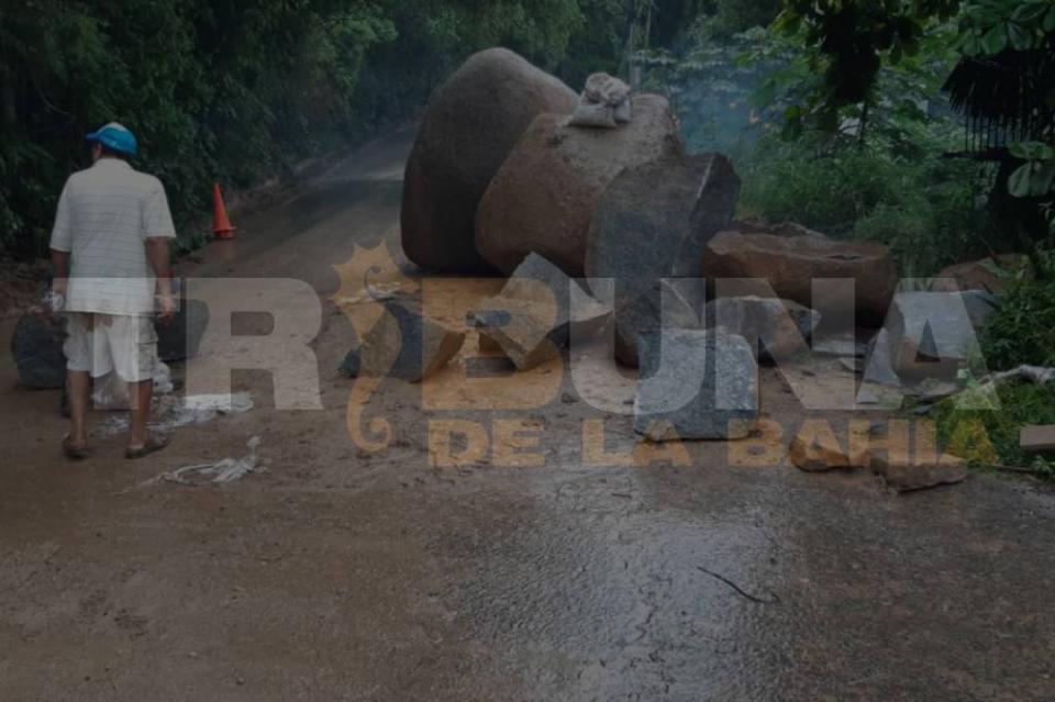Con dinamita quitan piedras que obstruían carretera 200 por deslaves