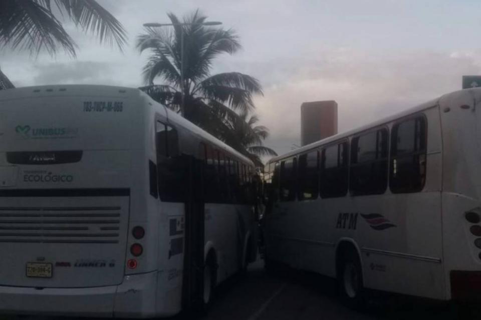 Chocan camiones de transporte urbano en la Francisco Medina