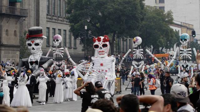 Realizan en el Zócalo el Desfile de Día de Muertos