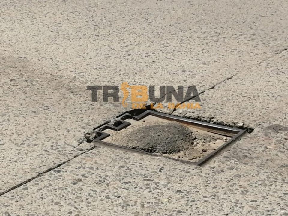 Conductores denuncian tapas de alcantarillas dañadas en Francisco Villa