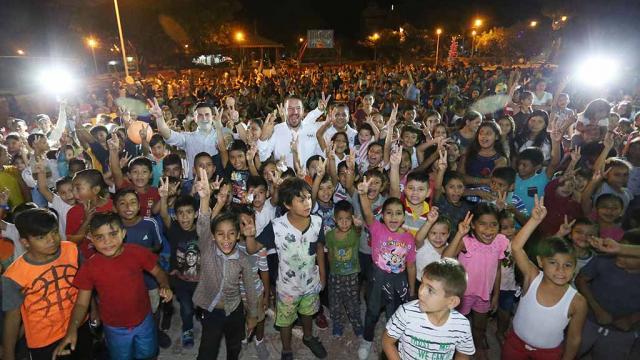 Cientos de niños felices disfrutan las posadas navideñas
