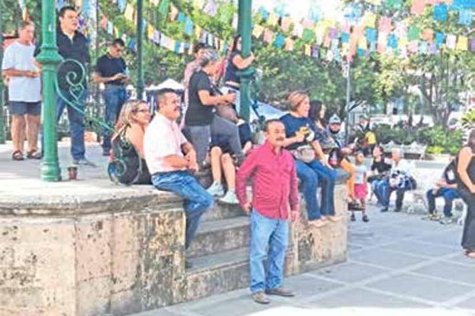 Simpatizantes de AMLO escuchan informe en la plaza